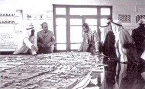 Kuwait Urban Study and Mat-building (1968-72) Alison & Peter Smithson Peter Smithson presenting the model of the mat-building to the Crown Prince of Kuwait.